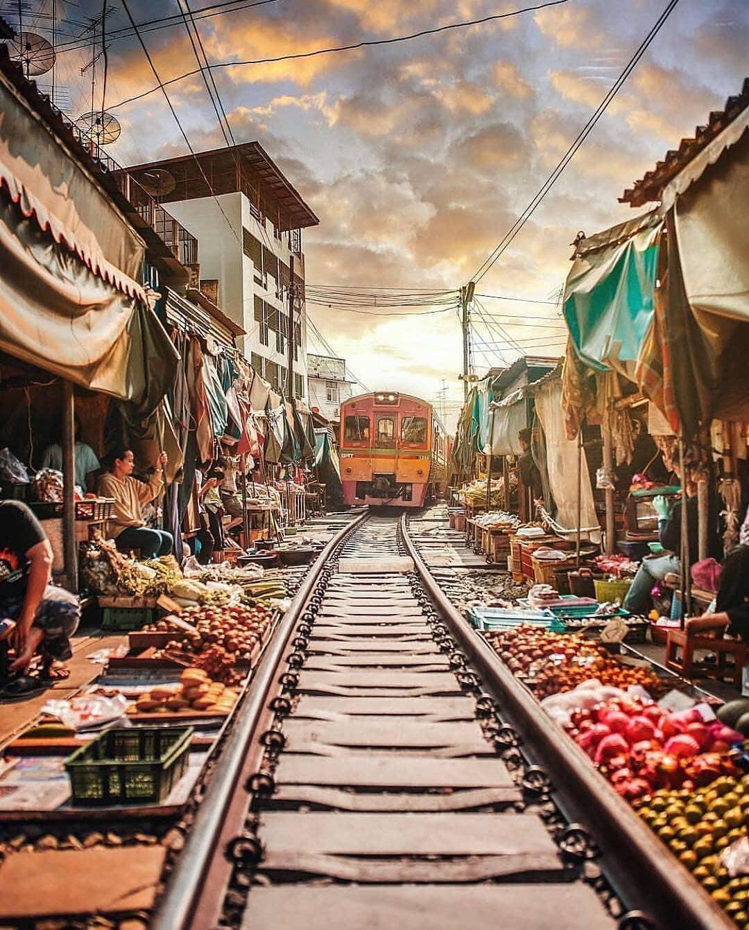 cho-troi-maeklong-railway-market-01