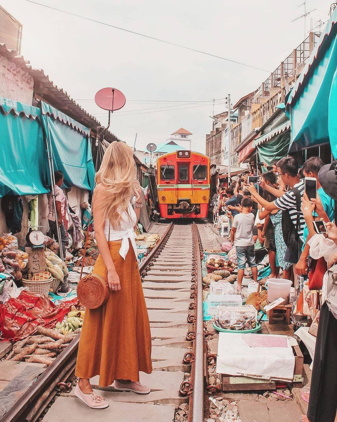 cho-troi-maeklong-railway-market-02