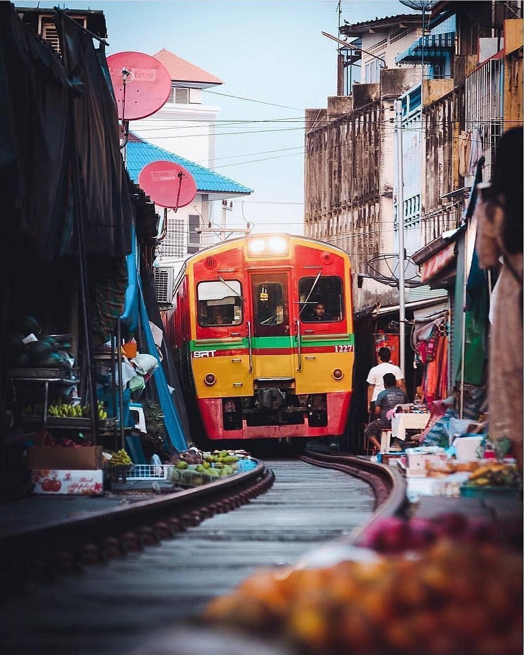 cho-troi-maeklong-railway-market-04