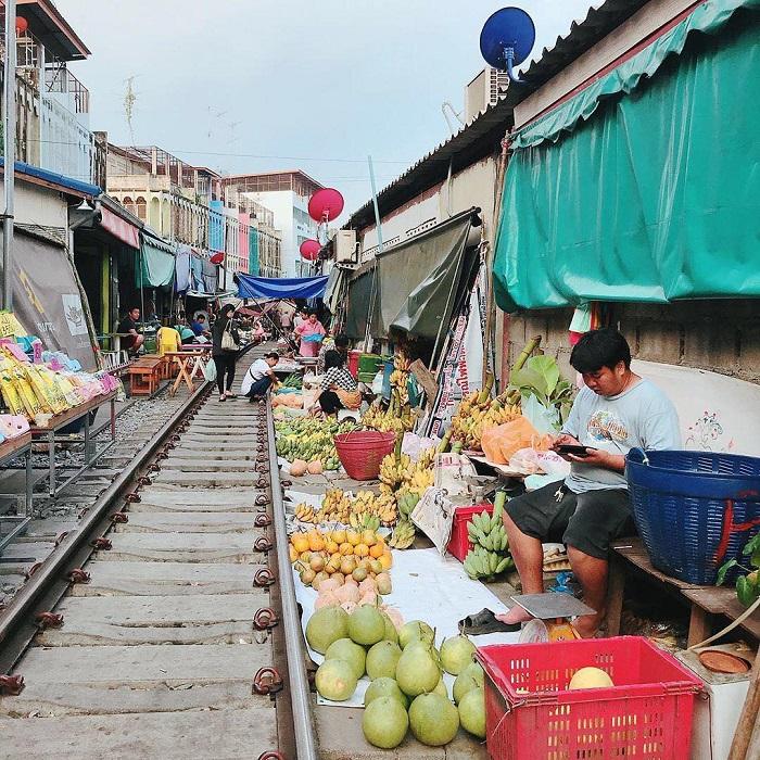cho-troi-maeklong-railway-market-07