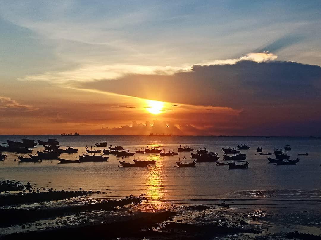 Chỉ cách Sài Gòn 3h chạy xe máy, bãi biển suối Ồ hiện nay đang trở thành một điểm đến vô cùng được yêu thích của giới trẻ. Đây là một bãi biển mới, còn khá hoang sơ và đẹp mắt tại Vũng Tàu hiện nay. Hãy note ngay cho mình một số kinh nghiệm du lịch biển suối Ồ để có một chuyến đi giải nhiệt mùa hè đầy thú vị cùng Halo nhé.