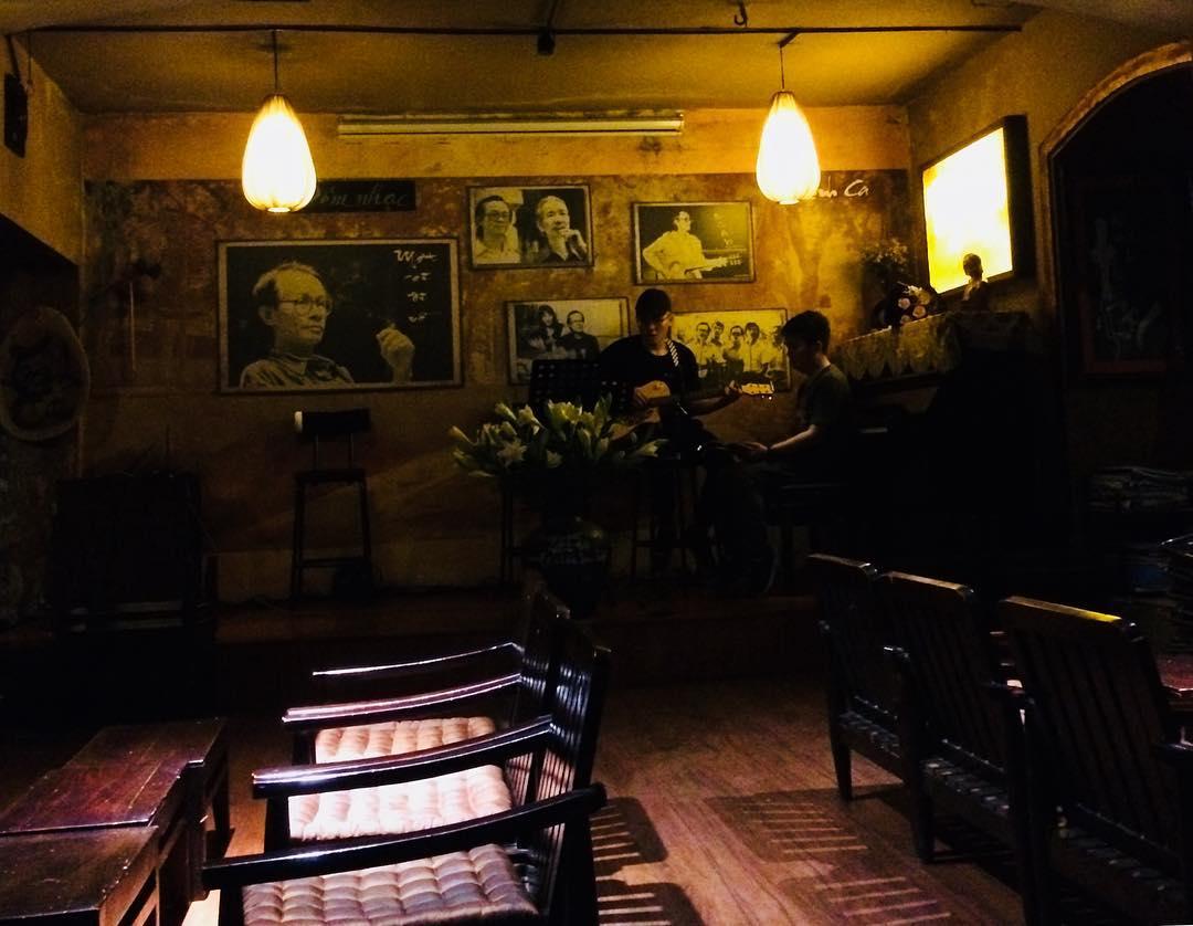 khong gian cafe trinh ca