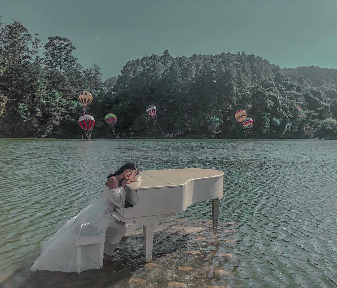 checkin ben dan piano tren mat nuoc