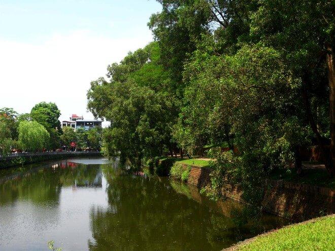 hồ nước xung quanh thành cổ sơn tây