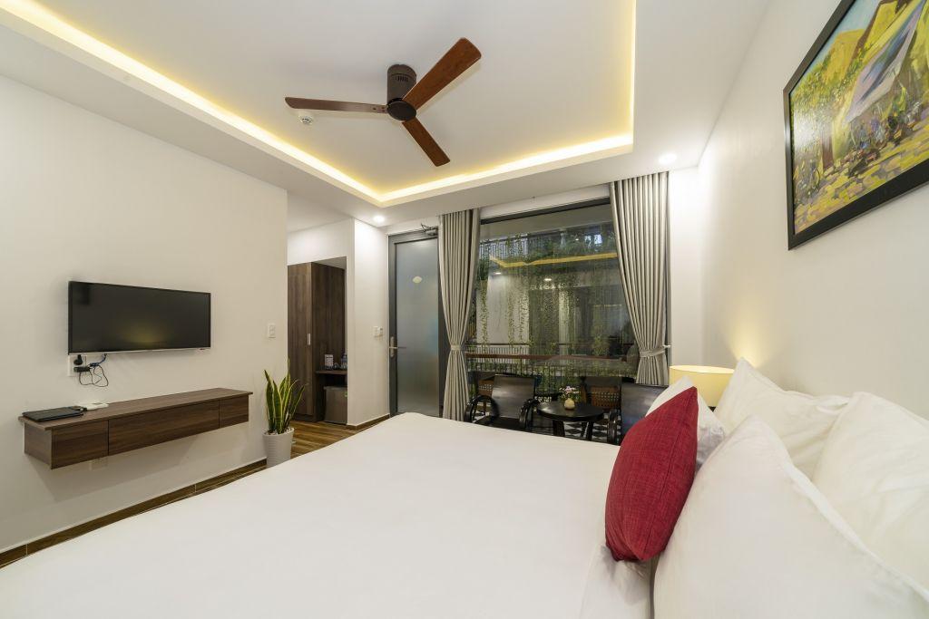Phòng Deluxe có Giường cỡ Queen Nhìn ra Hồ bơi