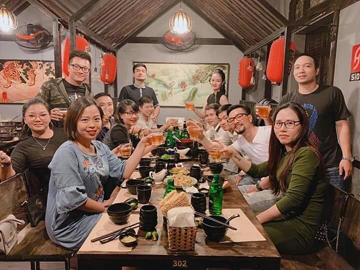 khong gian sushi bang chuyen ha noi