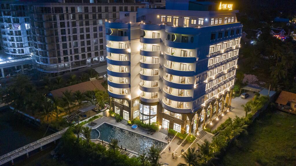 khách sạn The May Beach Hotel rực rỡ về đêm