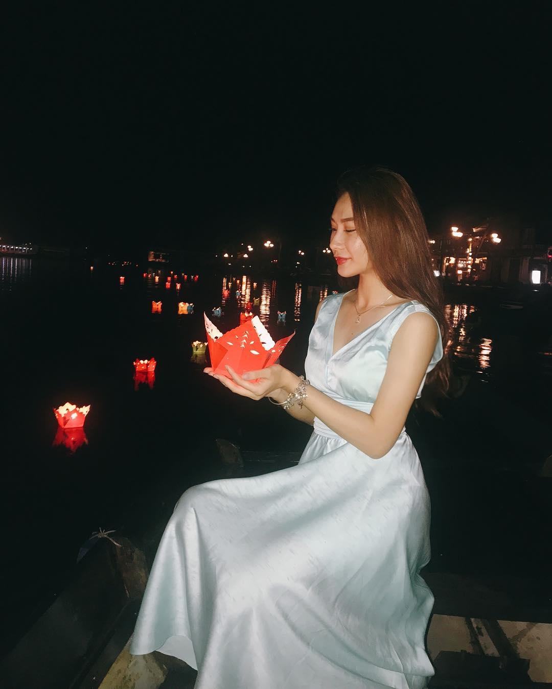 Thả đèn hoa đăng trong tour du lịch Hội An