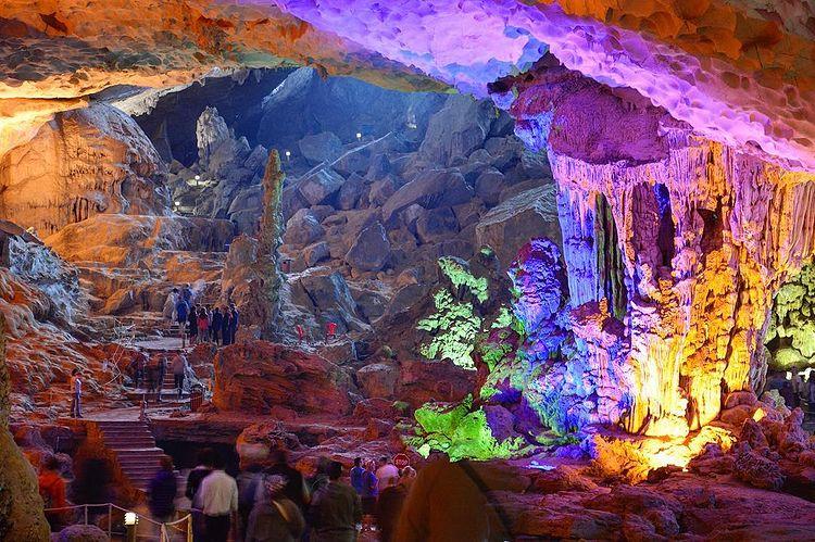 Tham quan hang Sửng Sốt - hang động đẹp nhất Vịnh Hạ Long