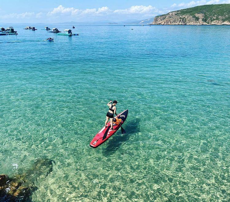 Đảo Hòn Khô Quy Nhơn với nước biển trong xanh dưới ánh nắng vàng rực rỡ