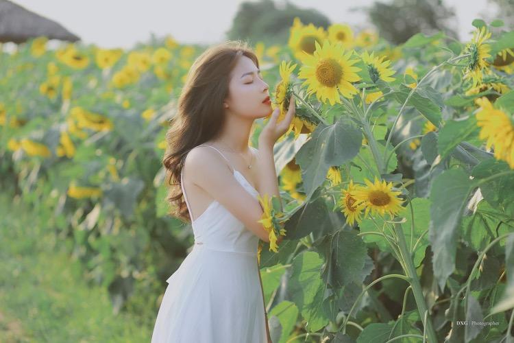 nhắm mắt và tận hưởng những bông hoa