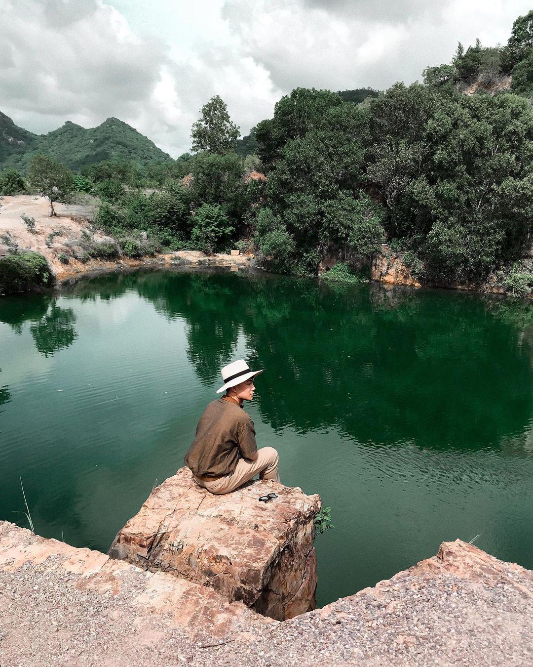 Màu nước hồ xanh màu ngọc bích